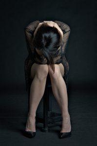 femme seule triste